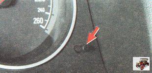 кнопка для переключения между индикацией времени или суточного пробега
