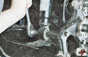 болт крепления амортизатора задней подвески к поворотному кулаку