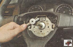болт крепления рулевого колеса