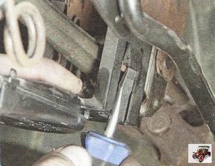 фиксатор жгута проводов на рулевой колонки
