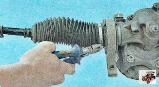 замок хомута крепления пыльника к корпусу рулевого механизма