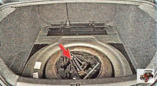 полости диска запасного колеса находится пластиковая кассета с инструментами