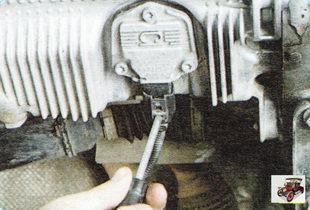 фиксатор колодки жгута проводов датчика уровня масла в картере двигателя