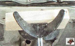 установите под поперечину передней подвески опору (например, гидравлическую стойку или домкрат)