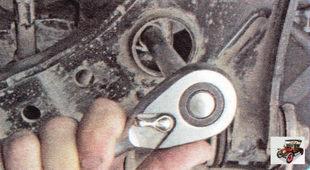болты переднего крепления поперечины к кузову