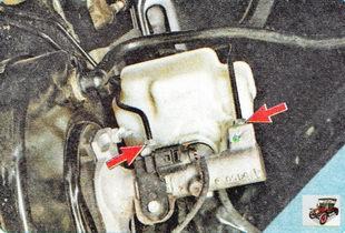 тормозные трубки и тормозные шланги, идущие к главному тормозному цилиндру