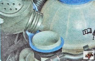 долейте новую тормозную жидкость до нижней кромки заливной горловины