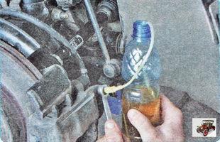 наденьте шланг на штуцер прокачки тормозного механизма