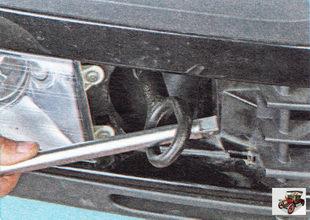 буксировочную проушину затяните отверткой или баллонным ключом
