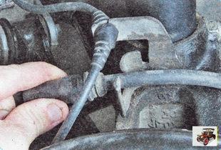 извлеките тормозной шланг из кронштейна крепления