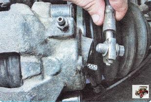 отсоедините тормозной шланг от рабочего тормозного цилиндра