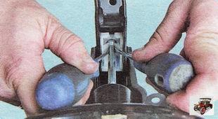 отсоедините тормозную педаль от штока толкателя вакуумного усилителя