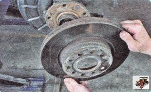 снимите тормозной диск со ступицы переднего колеса