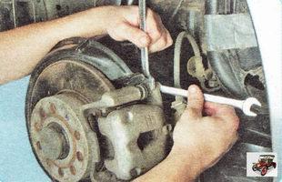 болт крепления направляющего пальца тормозного суппорта