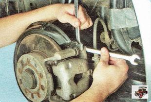 болты крепления тормозного суппорта к направляющей тормозных колодок