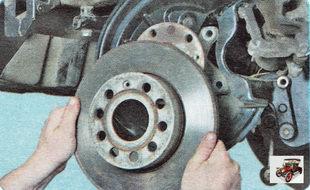 снимите тормозной диск со ступицы заднего колеса
