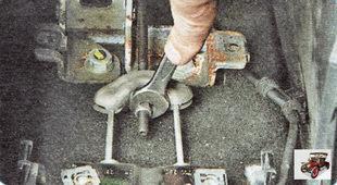 регулировочная гайка тросов привода стояночного тормоза