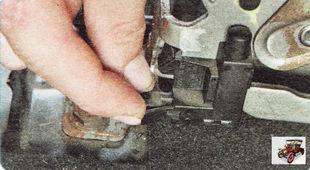 фиксатор колодки жгута проводов кнопочного выключателя стояночного тормоз