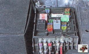 снимите крышку монтажного блока предохранителей
