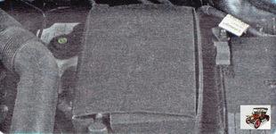 аккумулятор на автомобиле Шкода Октавия А5 расположен в моторном отсеке слева и закрыт защитным кожухом