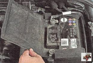 крышка защитного кожуха аккумулятора