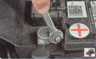 гайка стяжного болта наконечника силового провода