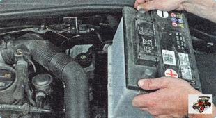извлеките аккумуляторную батарею из моторного отсека