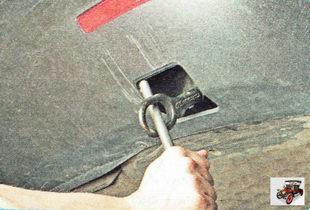 затяните буксировочную проушину отверткой или баллонным ключом
