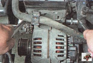 верхняя гайка крепления генератора