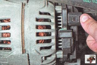 фиксатор разъема жгута проводов генератора