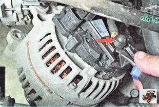 защитный колпачок с клеммы силового провода генератора
