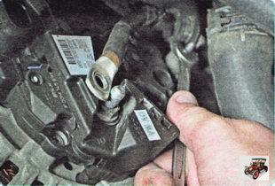 гайка держателя силового провода генератора