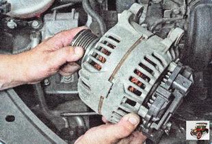 снимите генератор с автомобиля