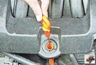 маслоизмерительный щуп уровня масла в двигателе