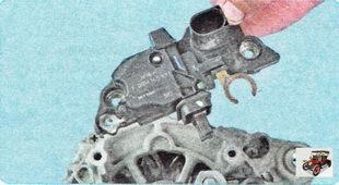 регулятор напряжения генератора со щеточным узлом