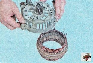 отделите статор от крышки генератора со стороны контактных колец