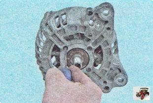 винты крепления прижимной пластины переднего подшипника генератора