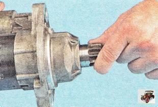 проверьте легкость перемещения муфты привода вдоль вала и легкость проворачивания шестерни стартера