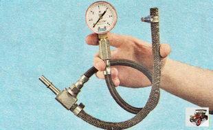 манометр для проверки давления топлива в топливной рампе двигателя