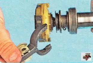 разъедините рычаг и муфту привода стартера