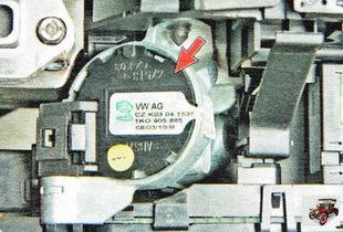 контактная группа замка зажигания расположена под левым подрулевым переключателем