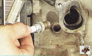 извлеките свечу зажигания из свечного колодца двигателя