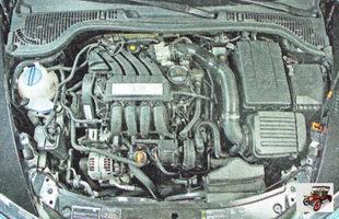 Для облегчения доступа к датчикам системы управления двигателем снимите декоративный кожух двигателя