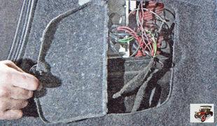 крышка в обивке багажника на стороне заднего фонаря