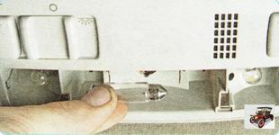 замените перегоревшую лампу плафона освещения салона