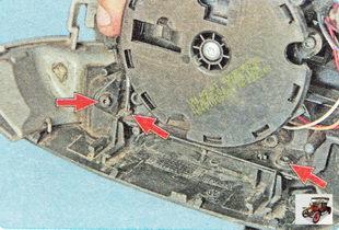 винты крепления нижней крышки бокового зеркала