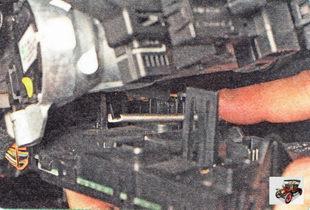 фиксатор крепления блока управления светом фар и стеклоочистителями