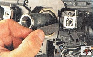фиксатор между правым подрулевым переключателем и рулевой колонкой