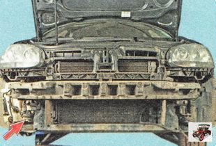 Звуковые сигналы на автомобиле Шкода Октавия А5 установлены на кронштейнах за решетками противотуманных фар