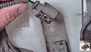 разъем проводов электронасоса бачка омывателя лобового стекла